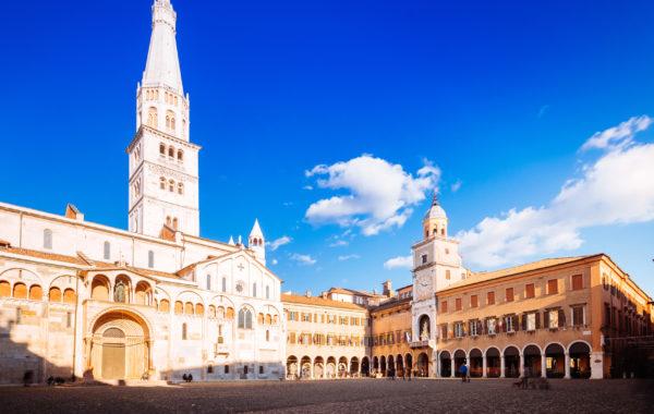 Tour Modena: città di velocità e gusto.